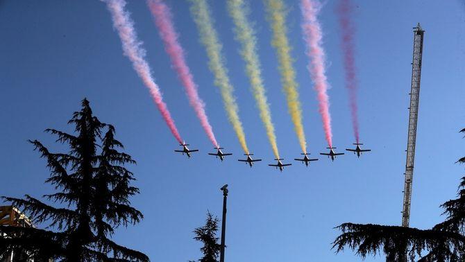 La bandera espanyola que ha pintat la Patrulla Águila en la celebració del 12-O a Madrid (EFE/Chema Moya)