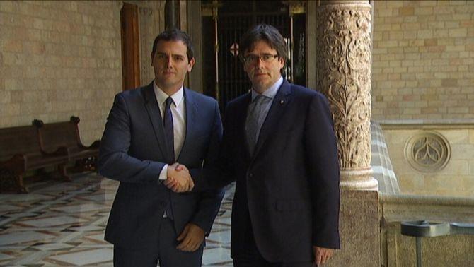 """Rivera demana a Puigdemont que no quedi """"al marge"""" de les reformes a Espanya, però el president veu superada aquesta etapa"""
