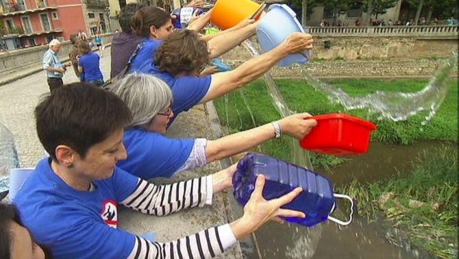 Palanganades d'aigua a Girona per protestar pel poc cabal del riu Ter