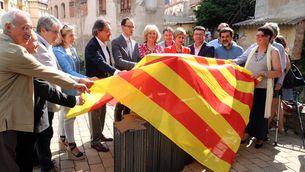 Moment en què s'ha descobert el monument a favor del dret a decidir, a Ribes de Freser (ACN)