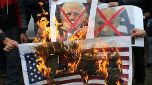 Palestins cremen retrats de Trump i Netanyahu i una bandera dels Estats Units a Rafah, a la franja de Gaza (Reuters)