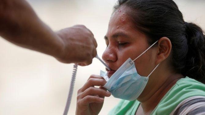 """L'OMS recomana comptar els casos sospitosos per tenir una """"foto més real"""" de la pandèmia"""