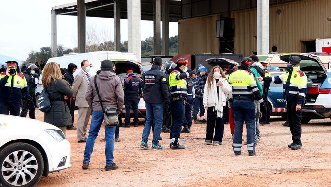 """Mossos d'Esquadra, periodistes i assistents a la """"rave"""", a l'exterior de la nau on s'ha fet la festa (ACN / Carola López)"""