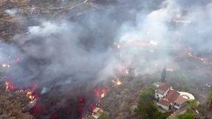 Imatges de dron mostren com la lava del volcà Cumbre Vieja arrasa cultius i cases