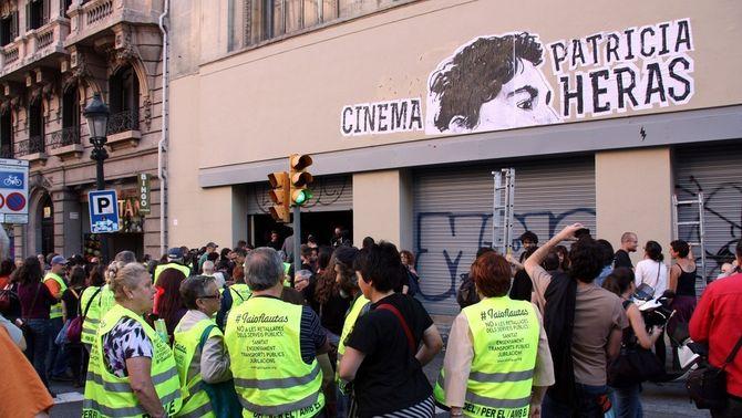 Els manifestants tallant la Via Laietana en els moments previs a l'ocupació del Palau del Cinema.