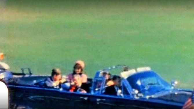 El matrimoni Kennedy en el cotxe presidencial a Dallas.