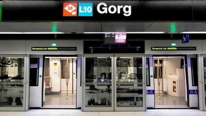 Un metro en direcció a la Sagrera, aturat a l'estació de Gorg (Flickr/Ingolf)