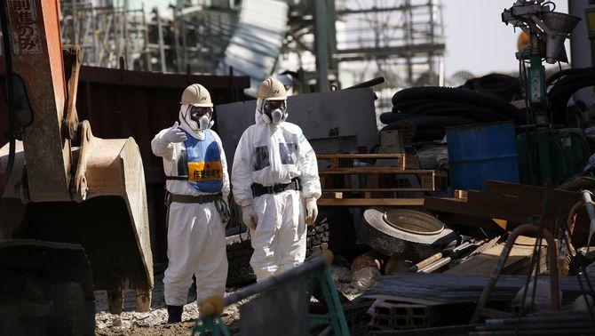 Treballadors de la central de Fukushima fent treballs al reactor 4 de la central el 6 de març del 2013, dos anys després de l'accident (Reuters…