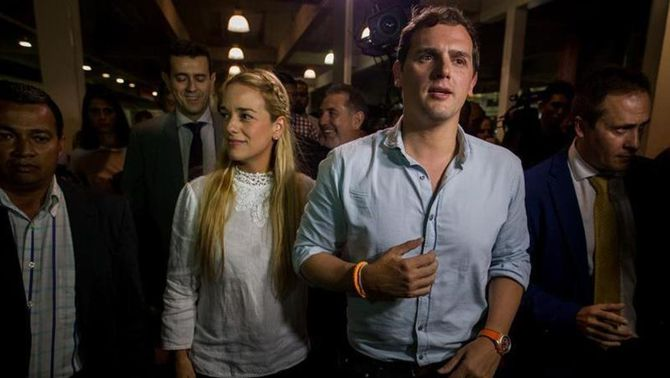 Rivera ha estat rebut a l'aeroport de Caracas per l'ambaixador espanyol i Lilian Tintori, la dona de l'opositor empresonat Leopoldo L…