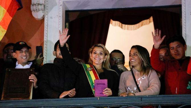 La senadora opositora Jeanine Áñez assumeix la presidència interina a Bolívia