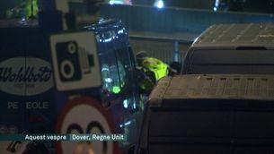 Milers de camions continuen embarrancats a Dover