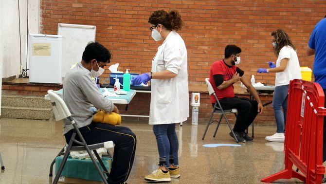 Vacunació de treballadors de la campanya de la fruita dolça a Móra d'Ebre (ACN/Anna Ferràs)