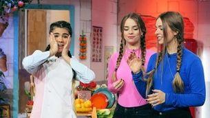 """Les artistes i influencers Twin Melody amb la Paula, al """"Manduka""""."""