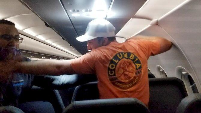 Abans que el lliguessin al seient, el passatger va colpejar un dels assistents de vol
