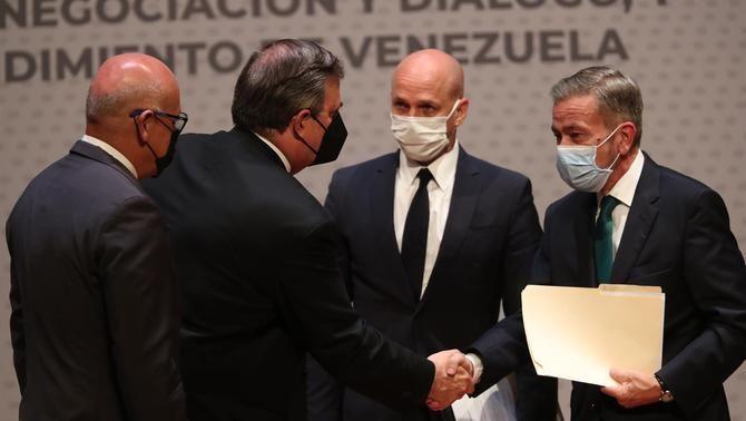 Jorge Rodríguez, del govern veneçolà;el canceller mexicà Marcelo Ebrard; el diplomàtic noruec Dag Nylander i Gerardo Blyde, de l'oposició