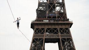 Un funambulista camina pel cel de París i travessa el Sena des de la torre Eiffel
