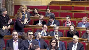 Les cares llargues dominen a les files socialistes després de la votació.