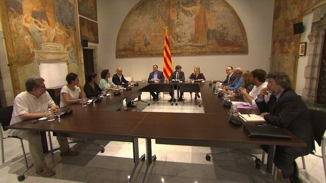 Els assistents a la cimera del Palau de la Generalitat a l'inici de la reunió