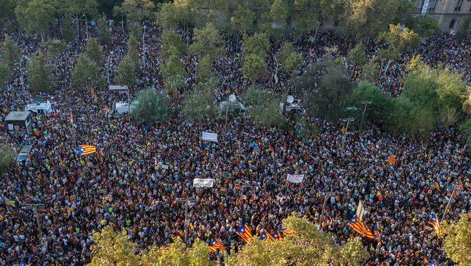 Vista aèria de la concentració a la plaça Universitat de Barcelona (Reuters)