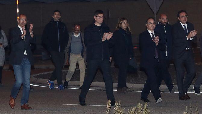Els consellers cessats sortint de la presó d'Estremera (Reuters)