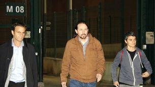 Pablo Iglesias surt de la presó acompanyat de Lucía Martín i Jaume Asens, aquest divendres al vespre. Imatge del 19 d'octubre del 2018 (Horitzontal).