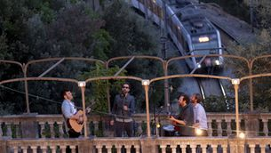Els trens sota la música i les estacions darrere el vidre