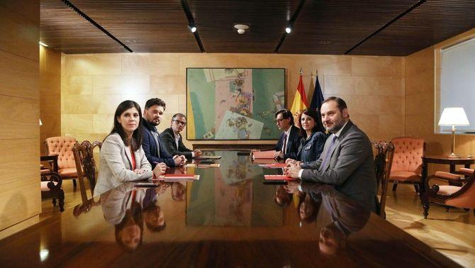 Els sis negociadors del PSOE i ERC al Congrés en la primera reunió per la investidura