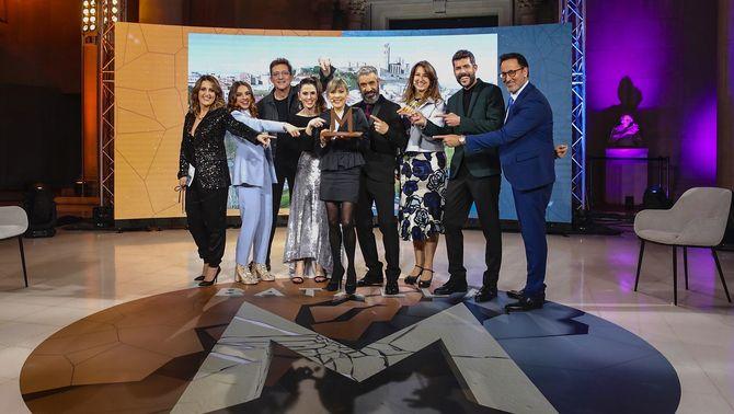 Mari Pau Huguet va recollir el reconeixement a la Seu Vella de Lleida, acompanyada de l'equip del programa i els representants que van donar ve…