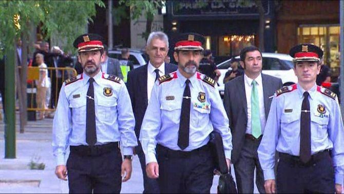 Ferran López, a l'esquerra, amb el major Trapero