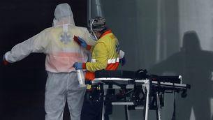 Un sanitari desinfecta un company a l'Hospital de Bellvitge (EFE / Andreu Dalmau)