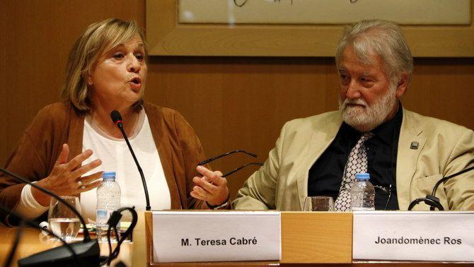 Teresa Cabré i Joandomènec Ros, en un acte a l'IEC el 2016