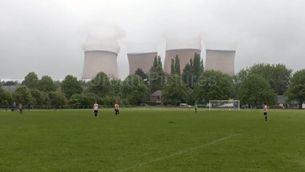 Una demolició interromp un partit de futbol