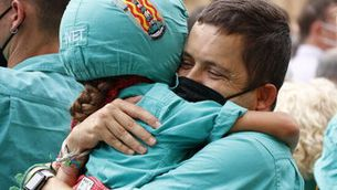 Un pare i la seva filla abraçats durant l'actuació castellera de Santa Tecla 2021