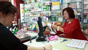 Una farmacèutica atén una clienta. (Foto: ACN)