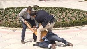 """Irromp en un míting del PP cridant: """"És la màfia!"""""""