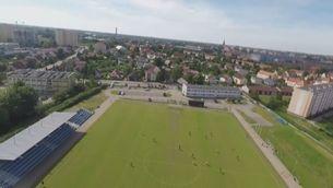 La càmera subjectiva del paracaigudista que fa un aterratge d'emergència en un camp de futbol