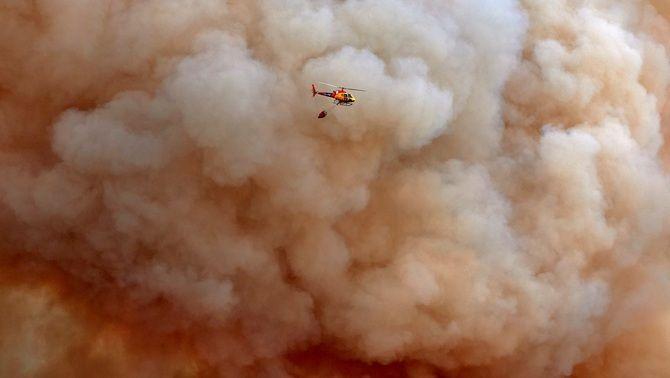 Un helicopter sobrevola la zona que crema al Montgrí