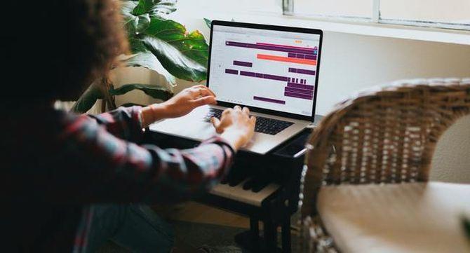 Una dona treballant a casa amb l'ordinador