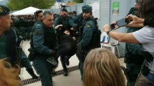 Un moment de la intervenció de la Guàrdia Civil a Castellgalí l'1-O