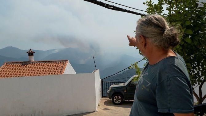 Un veí d'Algatocín, Màlaga, assenyala la columna de foc que s'aproxima al municipi