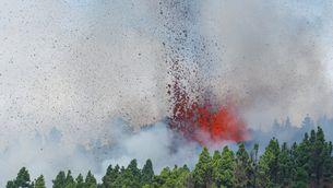 L'erupció ha començat a la zona de Cabeza de Vaca, al complex volcànic de Cumbre Vieja, al municipi d'El Paso poques hores després que comencés l'evacuació de la zona (Reuters-NBorja Suárez)