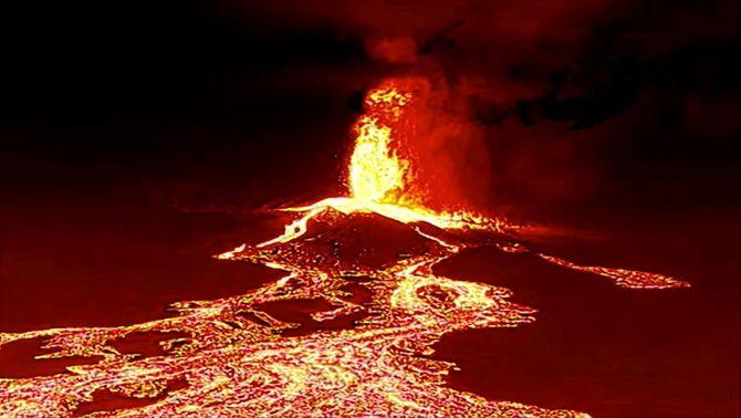 El magma sortint del volcà en una captura d'un vídeo gravat amb dron