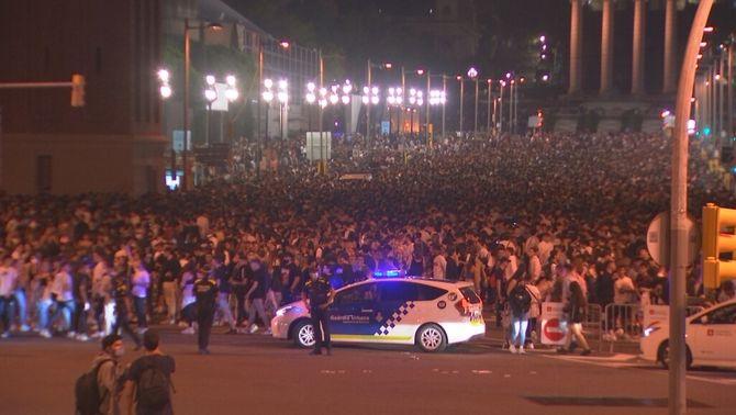 Fins a 40.000 joves han participat la nit de divendres en un macrobotellot als voltants de la plaça Espanya de Barcelona