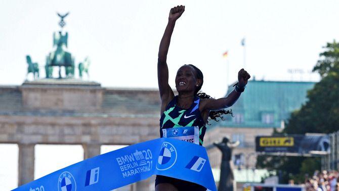 Gebereselase, acabant la Marató de Berlín