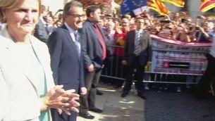 Artur Mas saluda als ciutadans concentrats a la Plaça de Sant Jaume