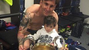 Leo Messi, amb el seu fill i la Copa d'Europa (twitter).