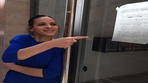 La Wasima mostra un avís de la Plataforma d'Afectats per la Hipoteca (PAH) a la porta de l'edicifi on viu