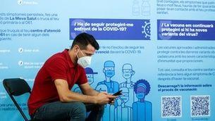 El jove Oscar Parra, de 31 anys, va ser el vacunat mig milió a la Fira de Barcelona
