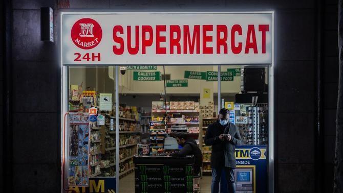 Barcelona tancarà les botigues que venguin alcohol a menors o fora de l'horari permès