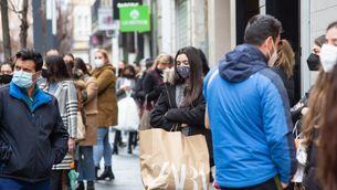 Una noia amb una bossa de paper de Zara, el mes de gener a Badajoz (Europa Press/Javier Pulpo)